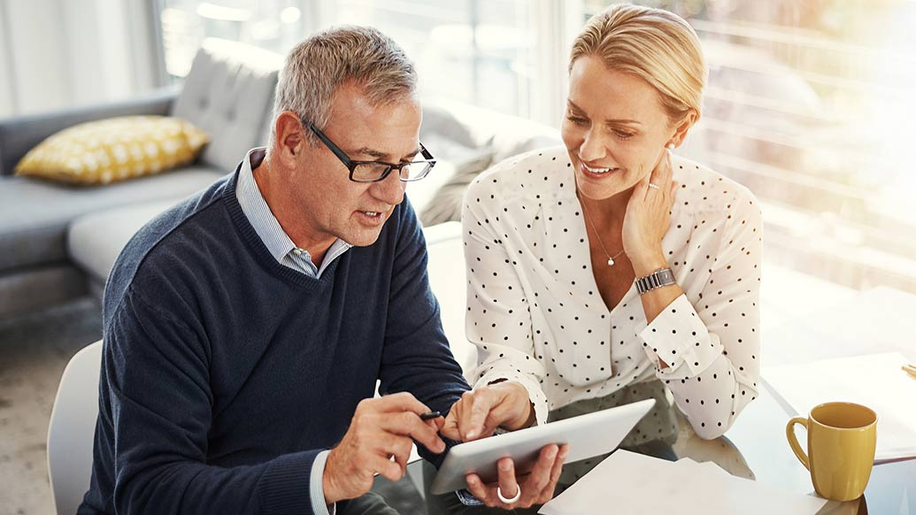 Couple looking for good credit spending habits online